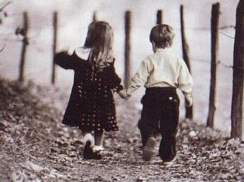 casal-de-crianc3a7as-caminhando